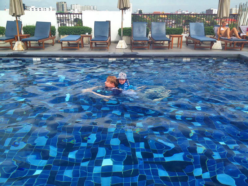 Bangkok-for-kids,-Reuben-&-Lee-Swimming-in-Bangkok